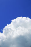 Grande nuvola bianca su cielo blu Fotografia Stock Libera da Diritti