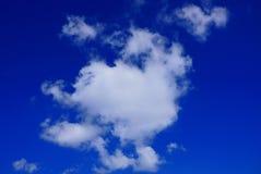 Grande nuvola bianca su un cielo blu un giorno soleggiato Fotografia Stock