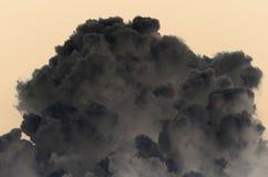 Grande nuvola dell'inchiostro su un fondo beige fotografia stock libera da diritti