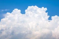 Grande nuvola gonfia luminosa Fotografia Stock Libera da Diritti
