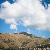 Grande nuvola su un'alta collina erbosa Fotografia Stock Libera da Diritti