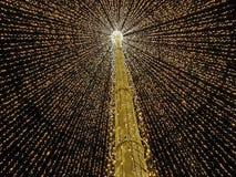 Grande ombrello aperto fatto dalle luci in mezzo alla città come decorazione di Natale Fotografie Stock