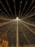Grande ombrello aperto fatto dalle luci in mezzo alla città come decorazione di Natale Immagini Stock Libere da Diritti