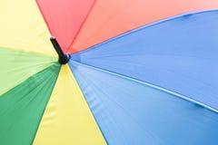 Grande ombrello variopinto con i bei e forti colori dell'arcobaleno Immagini Stock Libere da Diritti