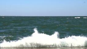 Grande onda che schiaccia all'argine di calcestruzzo del lungonmare video d archivio