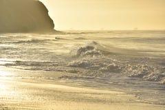 Grande onda che si muove più vicino sulla costa di California Fotografia Stock