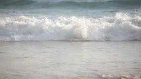 Grande onda del mare che schianta la riva della spiaggia sabbiosa, primo piano del teleobiettivo archivi video