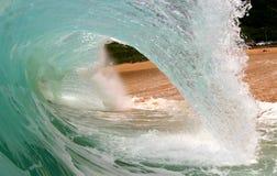 Grande onda della tubazione sulla spiaggia Immagini Stock