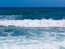 Grande onda di oceano del cavallo bianco che si rompe sulla riva della sabbia fotografia stock