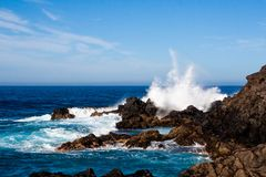 Grande onda di schianto che spruzza sopra le rocce fotografie stock libere da diritti