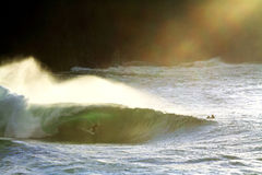 Grande onda irlandese che pratica il surfing Fotografie Stock
