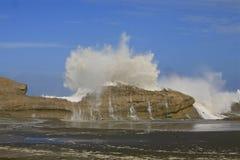 Grande onda que deixa de funcionar sobre a rocha 2 Imagens de Stock