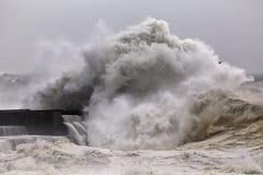 Grande onda tempestosa che si rompe sopra il pilastro Fotografia Stock Libera da Diritti