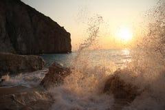 Grande onde contre le coucher du soleil images libres de droits