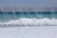 Grande onde fermante à l'extérieur photographie stock libre de droits