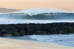 Grande onde tombant en panne le port d'EL Photo libre de droits