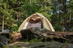 Grande opinião lindo do close up da barraca de convite acolhedor do acampamento na floresta dos pinheiros imagem de stock royalty free