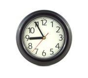 Grande orologio di parete rotondo isolato sulla fine di bianco su Fotografie Stock