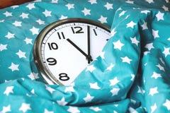 Grande orologio di parete in un letto blu fotografia stock libera da diritti