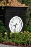 Grande orologio nero all'entrata della piantagione della magnolia e dei giardini Charleston, Carolina del Sud Fotografia Stock Libera da Diritti