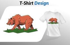 Grande orso bruno che cammina sulla stampa della maglietta dell'erba Derisione sul modello di progettazione della maglietta Model Fotografie Stock Libere da Diritti