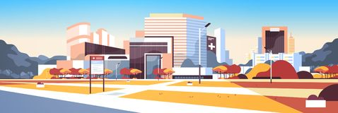 Grande ospedale che sviluppa esterno moderno della clinica medica con il fondo di paesaggio urbano degli alberi del bordo di info illustrazione di stock