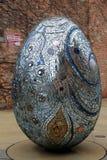 Grande ovo no projeto abstrato, coberto em espelhos e no vidro pequenos, visionário americano Art Museum, Baltimore, DM, 2017 imagens de stock