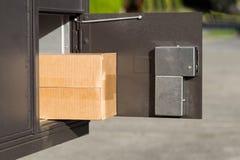 Grande pacchetto dentro della cassetta delle lettere postale fotografia stock
