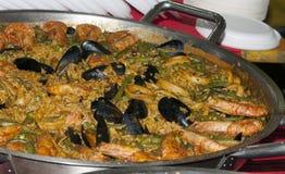 Grande paella con riso, i pesci e le verdure Fotografia Stock Libera da Diritti