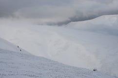 Grande paesaggio della tempesta di inverno sul pendio della montagna di Gemba, Ucraina Immagine Stock