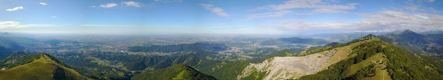 Grande paesaggio sulla pianura di Padana nell'ora legale Panorama dalla montagna di Linzone Fotografia Stock Libera da Diritti