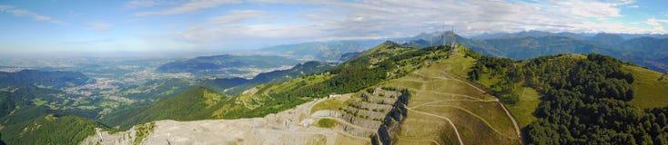 Grande paesaggio sulla pianura di Padana nell'ora legale Panorama dalla montagna di Linzone Fotografia Stock