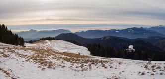 Grande paesaggio sulle alpi di Orobie nella stagione invernale, nebbiosa un'umidità nell'aria Panorama da Monte Pora Immagini Stock Libere da Diritti