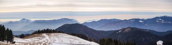 Grande paesaggio sulle alpi di Orobie nella stagione invernale, nebbiosa un'umidità nell'aria Panorama da Monte Pora Fotografia Stock Libera da Diritti