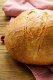 Grande pagnotta di pane casalingo Immagini Stock Libere da Diritti