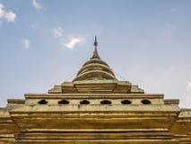Grande pagoda dorata nello stile tailandese nordico tradizionale Fotografia Stock Libera da Diritti