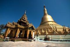 Grande Pagoda dourado na cidade de Hongsavade, Myanmar. Imagem de Stock