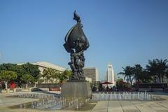 Grande paix sur la statue et la fontaine de la terre Photos stock