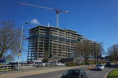 Grande palazzina di appartamenti in costruzione in Bracknell, Inghilterra Immagine Stock