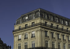 Grande palazzina di appartamenti in Europa, contro un cielo blu profondo Immagini Stock