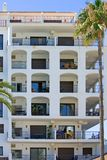 Grande palazzina di appartamenti in porta spagnola sulla Costa del Sol Fotografia Stock Libera da Diritti