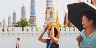 Grande palazzo con la gente vaga nella priorità alta Fotografie Stock