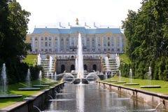 Il grande palazzo ed il canale del mare in Peterhof, Russia immagini stock