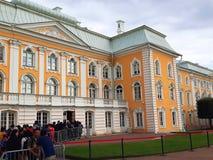 Grande palazzo di Peterhof ed il giardino superiore di Peterhof immagini stock