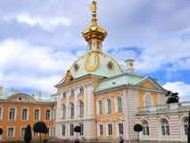 Grande palazzo di Peterhof ed il giardino superiore di Peterhof fotografia stock libera da diritti