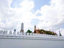 Grande palazzo, Wat Pra Kaew Bangkok, Tailandia con il cielo nuvoloso Immagine Stock