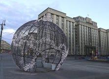 Grande palla di Natale su una via di Mosca con illuminazione festiva Fotografie Stock Libere da Diritti
