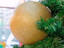 Grande palla frizzante dorata di natale Fotografie Stock Libere da Diritti