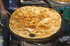 Grande pane della focaccia del pankake nel mercato di Mumbai Bombay Fotografia Stock Libera da Diritti