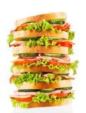 Grande panino con pancetta affumicata e le verdure fotografie stock libere da diritti